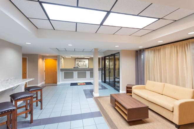Super 8 by Wyndham Pigeon Forge-Emert St - Pigeon Forge - Lobby