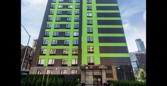 The Vue Hotel Ascend Hotel Collection - Queens - Building
