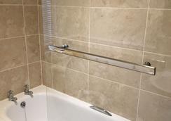 Chomley Holiday Flats - Scarborough - Bathroom
