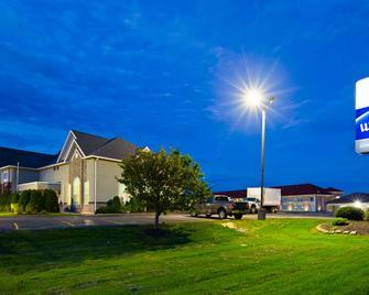 Best Western Crown Inn & Suites - Batavia - Building