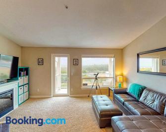 Top Floor - All The Views - 2 Bed 2 Bath Apartment in Westport - Westport - Living room