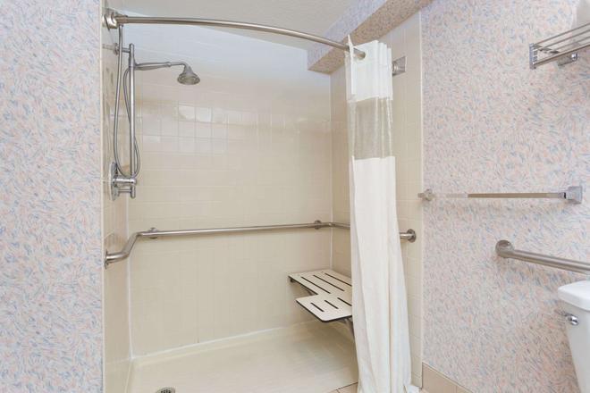 Ramada by Wyndham Portland - Portland - Bathroom