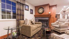 Ramada by Wyndham Portland - Portland - Living room