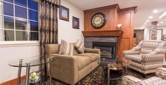 Ramada by Wyndham Portland - Portland - Living room