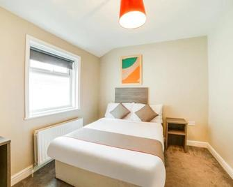OYO Tequila And Dunlin Rooms - Southport - Bedroom