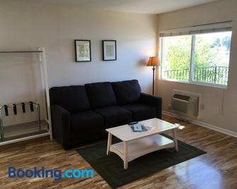 Clear Lake Cottages & Marina - Clearlake - Living room