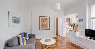My Sydney Apartment Elizabeth Bay By Kate - Sydney - Living room