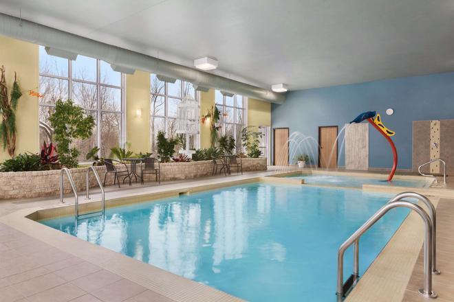 Days Inn by Wyndham Levis - Lévis - Pool
