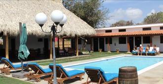Machele' s Place Beachside Hotel & Pool - Tola