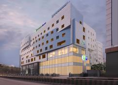 Holiday Inn Express Hyderabad Banjara Hills - Hyderabad - Building