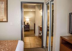Comfort Suites Near Seaworld - San Antonio - Bedroom