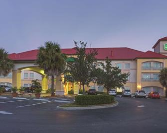 La Quinta Inn & Suites by Wyndham Fort Myers Airport - Fort Myers - Building