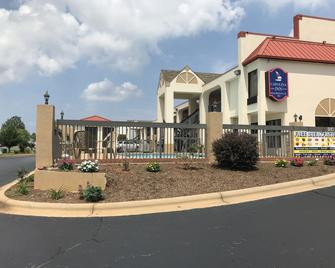 Carolina Inn & Suites Of Lake Norman - Mooresville - Building