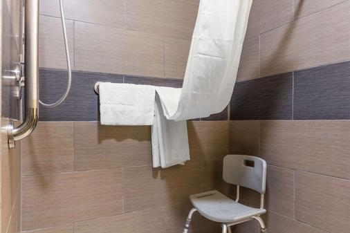 Quality Inn - Lamar - Bathroom