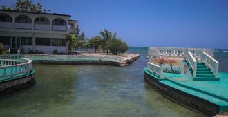 Sahara Hostel - Montego Bay - Outdoor view