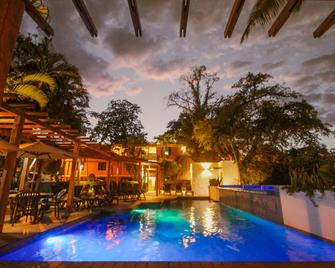 Hotel Maya Tulipanes Palenque - Palenque - Pool
