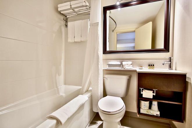 Best Western Plus Montreal Downtown-Hotel Europa - Montreal - Bathroom