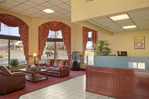 Days Inn by Wyndham Apple Valley Pigeon Forge/Sevierville - Sevierville - Lobby
