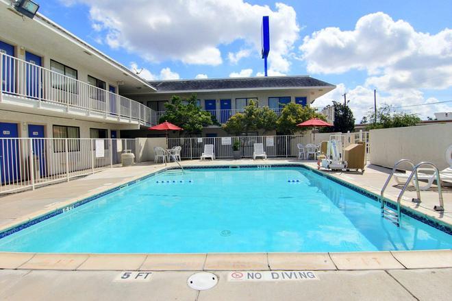 Motel 6 Kingsville Tx - Kingsville - Pool