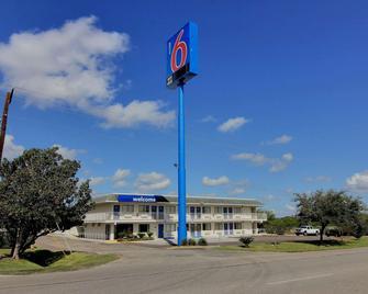 Motel 6 Kingsville, TX - Kingsville - Building