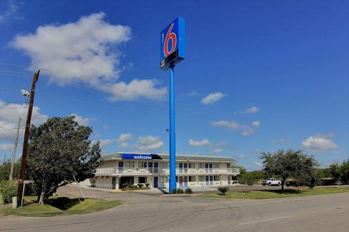 Motel 6 Kingsville Tx - Kingsville - Building