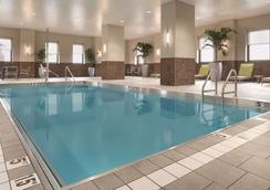 Embassy Suites by Hilton Pittsburgh Downtown - Πίτσμπεργκ - Πισίνα