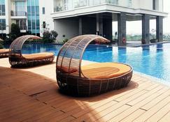 Family Studio Room at Ancol Mansion Apartment By Travelio - Yakarta - Alberca
