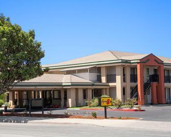 Super 8 by Wyndham Salinas - Salinas - Building