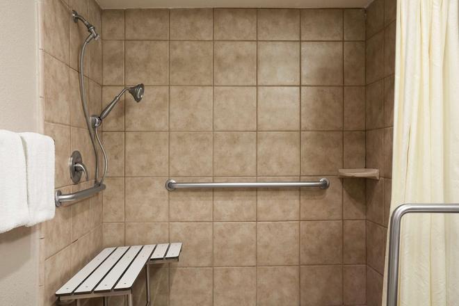 Super 8 by Wyndham Salinas - Salinas - Bathroom
