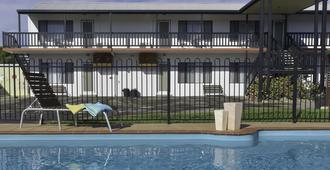 海菲爾德汽車旅館與公寓酒店 - 萊克斯恩川斯 - 湖泊入口 - 游泳池