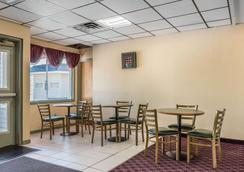 Econo Lodge Airport - Reading - Restaurant