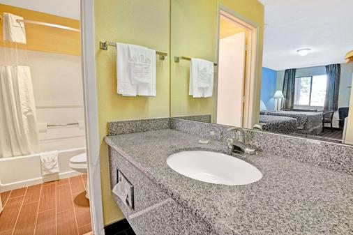 Days Inn by Wyndham Albuquerque West - Albuquerque - Bathroom