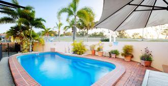 格倫莫爾酒館旅館 - 洛坎普頓 - 洛克翰姆敦 - 游泳池