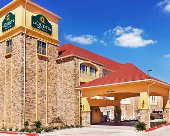 La Quinta Inn & Suites by Wyndham Floresville - Floresville - Gebouw