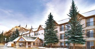 Coast Canmore Hotel & Conference Centre - Canmore - Building