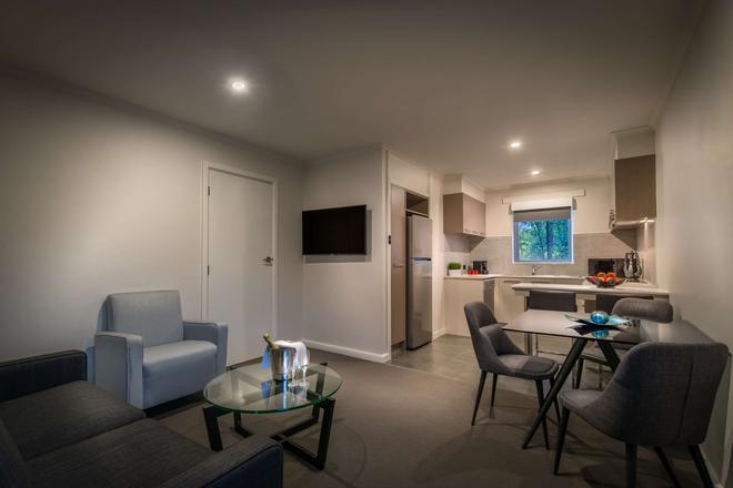 Crest on Park - Melbourne - Living room