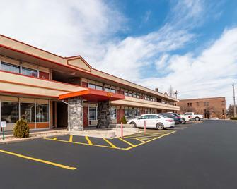 Econo Lodge - Zanesville - Building