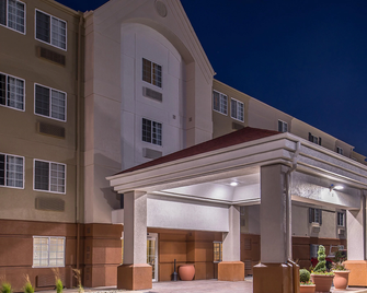 Candlewood Suites Topeka West - Topeka - Building