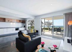 Sandbox Luxury Beach Front Apartments - Tugun - Sala de estar