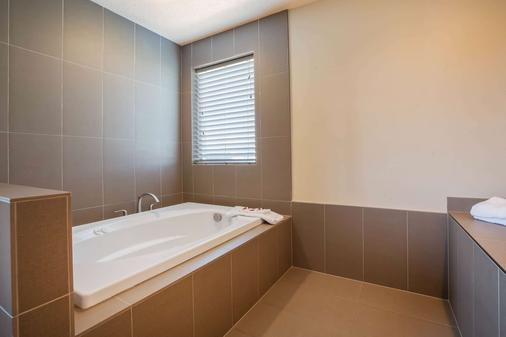 華盛頓肯納威克三城貝蒙特套房酒店 - 肯內維克 - 肯納威克 - 浴室