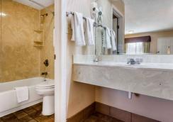Rodeway Inn - Augusta - Bathroom