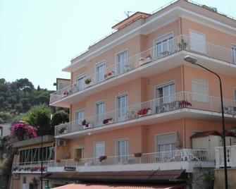 Hotel Nettuno - Diano Marina - Toà nhà