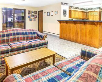 Super 8 by Wyndham Mt. Vernon - Mount Vernon - Lobby