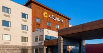 La Quinta Inn & Suites by Wyndham Anchorage Airport - Anchorage - Building