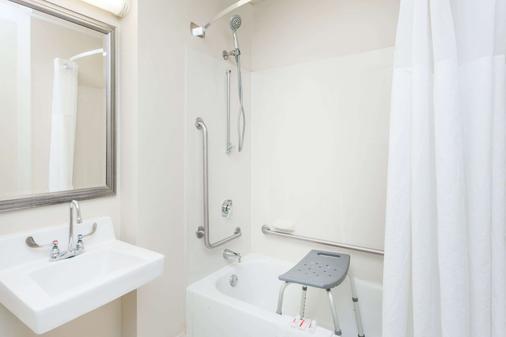 Baymont by Wyndham Peoria - Peoria - Bathroom