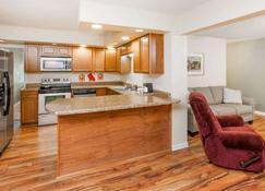 Baymont by Wyndham Peoria - Peoria - Kitchen