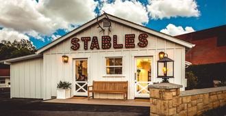 Stables Inn - Paso Robles - Building
