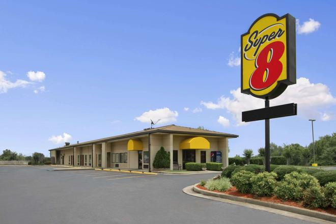 Super 8 by Wyndham Tupelo Airport - Tupelo - Building
