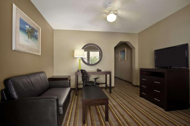 Super 8 by Wyndham Tupelo Airport - Tupelo - Living room