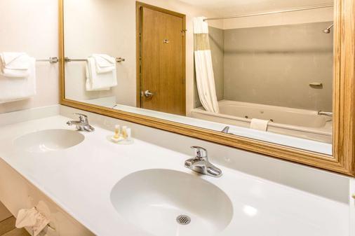Days Inn Tiffin - Tiffin - Bathroom